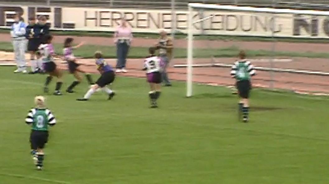 Das erste Tor der Bundesliga – Freddy unterläuft eine Flanke, Katja (direkt neben Freddy) staubt ab.